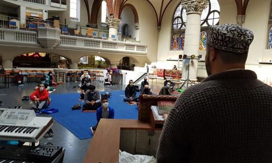 ما أجمل التسامح: كنيسة برلين تستضيف المسلمين لأداء صلاة العيد.. فيديو وصور صورة رقم 6