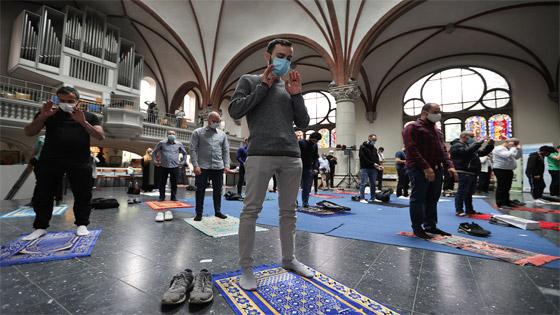 ما أجمل التسامح: كنيسة برلين تستضيف المسلمين لأداء صلاة العيد.. فيديو وصور صورة رقم 9
