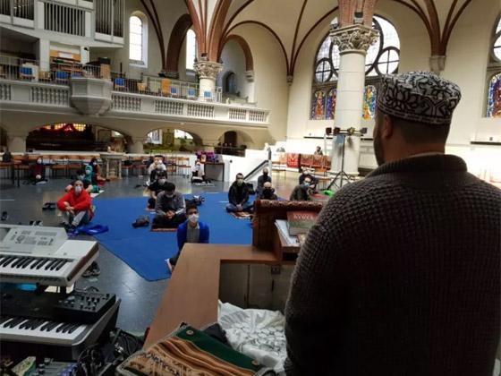 ما أجمل التسامح: كنيسة برلين تستضيف المسلمين لأداء صلاة العيد.. فيديو وصور صورة رقم 10