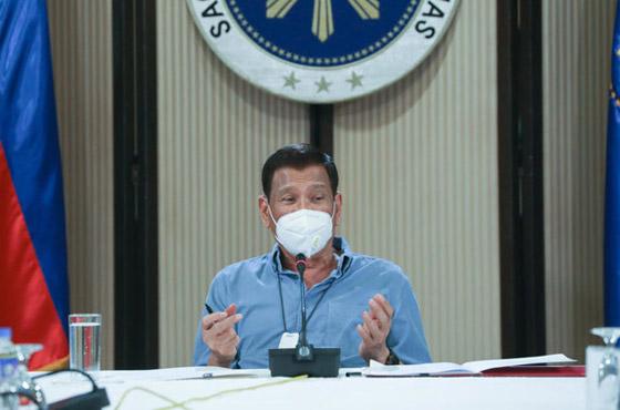 فيروس كورونا: الرئيس الفلبيني يطلب من مواطنيه تعقيم الكمامات بالبنزين! صورة رقم 1