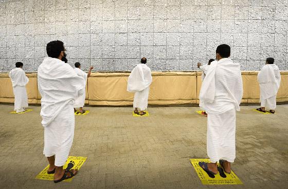 صور: ضيوف الرحمن يستقبلون أول أيام التشريق ويرمون الجمرات الثلاث صورة رقم 15