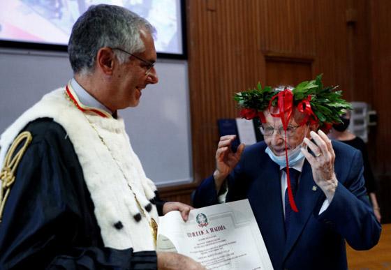 نجا من الحرب وكورونا.. أكبر طالب جامعي إيطالي يتخرج بعمر 96 عاما صورة رقم 1