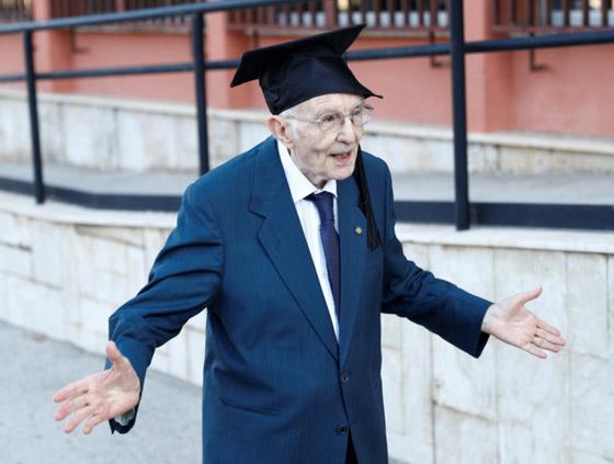 نجا من الحرب وكورونا.. أكبر طالب جامعي إيطالي يتخرج بعمر 96 عاما صورة رقم 4