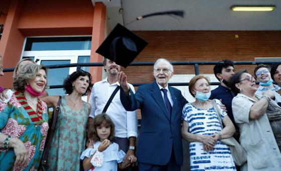 نجا من الحرب وكورونا.. أكبر طالب جامعي إيطالي يتخرج بعمر 96 عاما صورة رقم 7