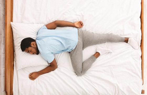 صورة رقم 1 - وضعية الجنين تعني افتقاد الأمان.. ماذا تقول وضعية نومك عن شخصيتك؟