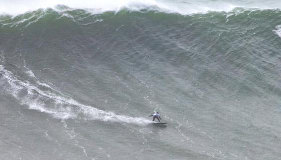 لقطة توقف القلب: برازيلية تحطم رقما قياسيا بركوب أكبر موجة أسطورية! صورة رقم 8