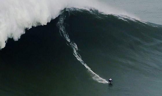 لقطة توقف القلب: برازيلية تحطم رقما قياسيا بركوب أكبر موجة أسطورية! صورة رقم 16