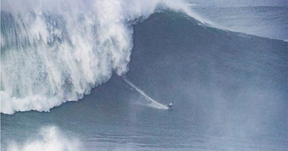 لقطة توقف القلب: برازيلية تحطم رقما قياسيا بركوب أكبر موجة أسطورية! صورة رقم 18
