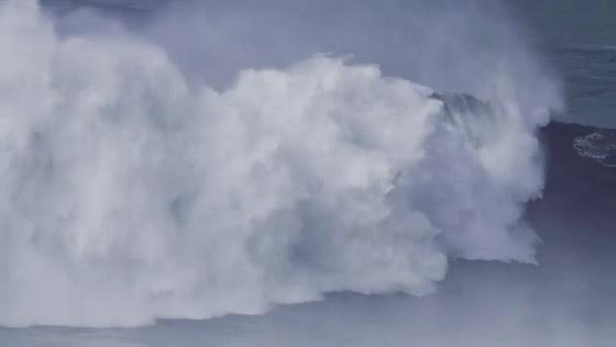 لقطة توقف القلب: برازيلية تحطم رقما قياسيا بركوب أكبر موجة أسطورية! صورة رقم 4