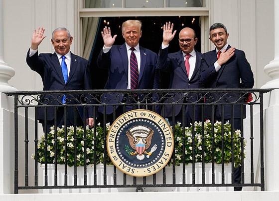 أمير أردني يتجاهل الحدث التاريخي ويسخر منهم لعدم ارتدائهم الكمامات! صورة رقم 9