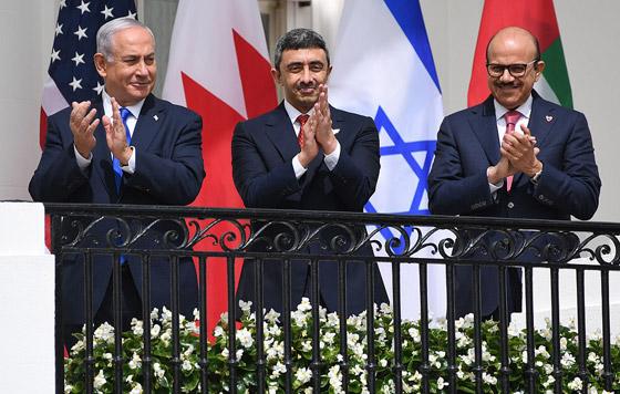 أمير أردني يتجاهل الحدث التاريخي ويسخر منهم لعدم ارتدائهم الكمامات! صورة رقم 12
