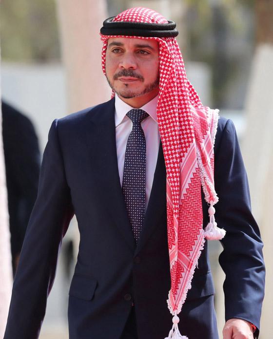 أمير أردني يتجاهل الحدث التاريخي ويسخر منهم لعدم ارتدائهم الكمامات! صورة رقم 2