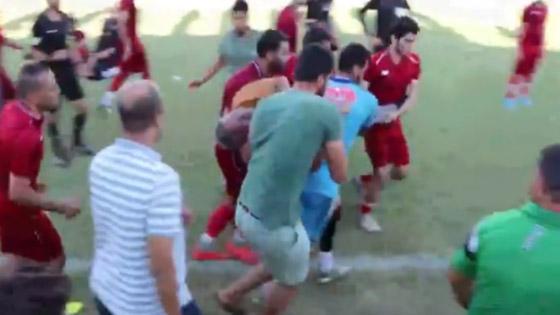 صورة رقم 1 - بالفيديو: وفاة مدرب فريق مصري على أرض الملعب.. وانهيار نجله واللاعبين