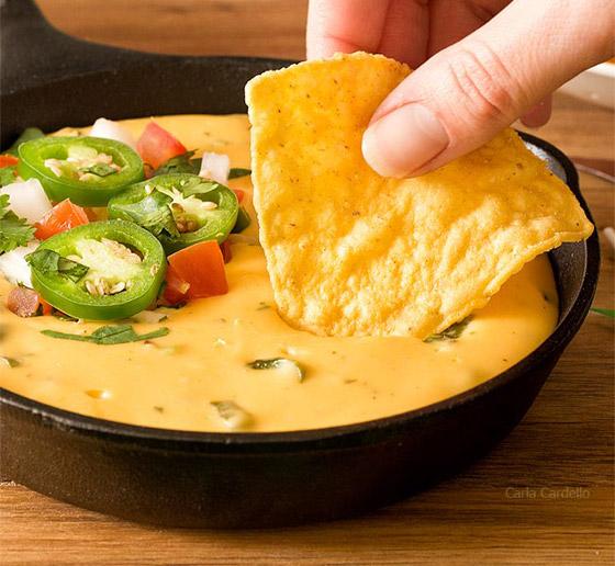 غنية بالنكهات ومثالية للسهرات.. إليكم طريقة تحضير غموس الناتشوز بالجبن صورة رقم 2