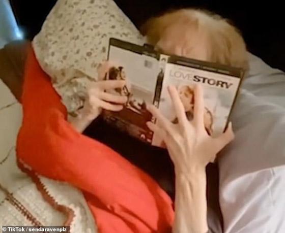 صورة رقم 2 -  فيديو مؤثر: كيف فاجأ نجم عالمي احدى معجباته المصابة بالزهايمر؟