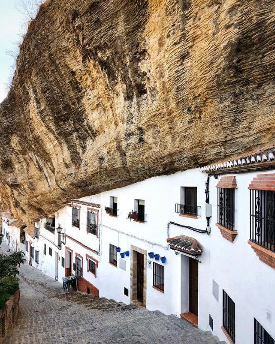 سكان يعيشون أسفل صخرة عملاقة بإسبانيا.. هل هذه أغرب المدن في العالم؟ صورة رقم 4