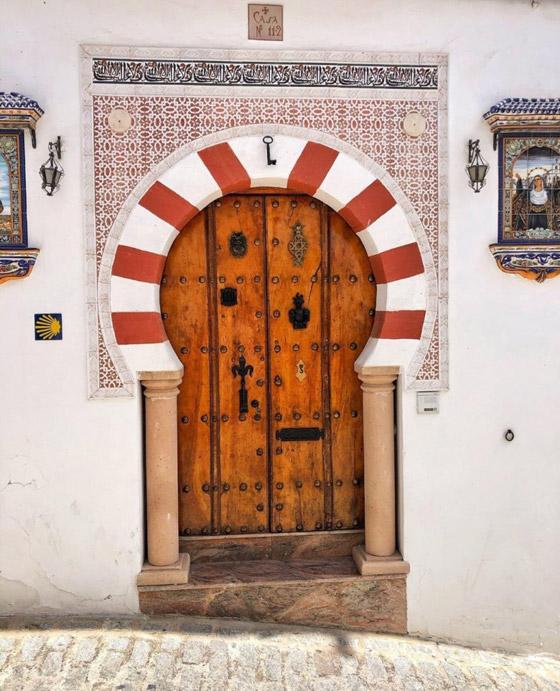 سكان يعيشون أسفل صخرة عملاقة بإسبانيا.. هل هذه أغرب المدن في العالم؟ صورة رقم 5