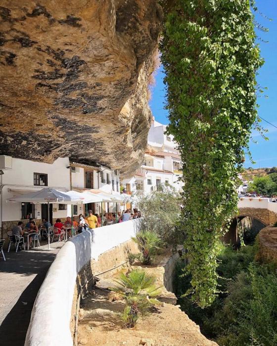 سكان يعيشون أسفل صخرة عملاقة بإسبانيا.. هل هذه أغرب المدن في العالم؟ صورة رقم 3