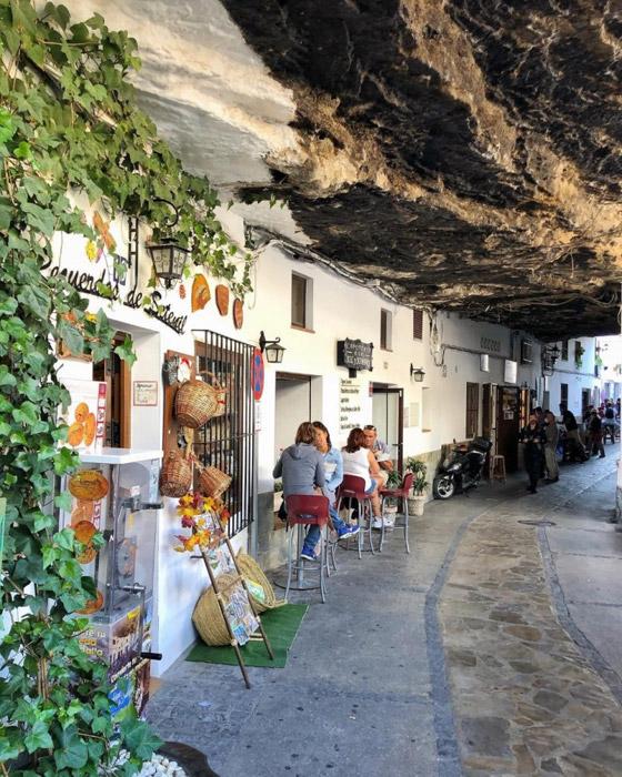 سكان يعيشون أسفل صخرة عملاقة بإسبانيا.. هل هذه أغرب المدن في العالم؟ صورة رقم 2