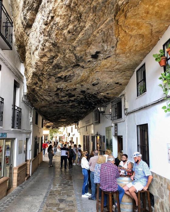 سكان يعيشون أسفل صخرة عملاقة بإسبانيا.. هل هذه أغرب المدن في العالم؟ صورة رقم 1