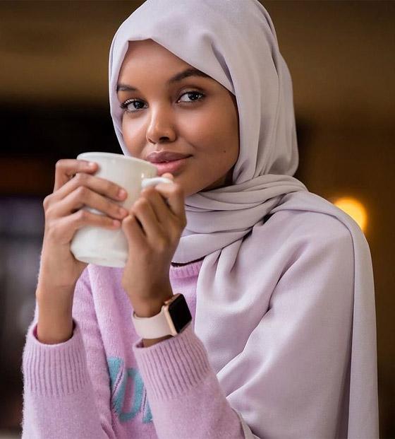 صورة رقم 24 - بعد اعتزالها بسبب الحجاب.. عارضة الأزياء العالمية حليمة عدن تعود من جديد! صور