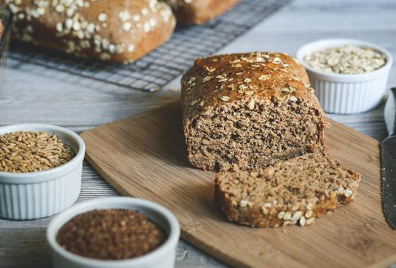 صورة رقم 1 - تريد تناول خبز صحي دون الشعور بالذنب؟ إليك وصفة خبز الشوفان الشهي