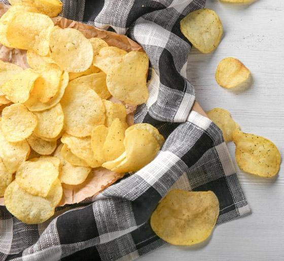 بدلا من قليها بالزيت.. إليكم طريقة صنع رقائق البطاطس في الميكروويف صورة رقم 3