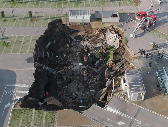 فيديو مرعب لانهيار أرضي يبتلع السيارات في موقف مستشفى إيطالي! صورة رقم 1