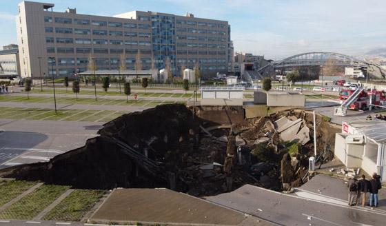 فيديو مرعب لانهيار أرضي يبتلع السيارات في موقف مستشفى إيطالي! صورة رقم 2