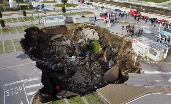 فيديو مرعب لانهيار أرضي يبتلع السيارات في موقف مستشفى إيطالي! صورة رقم 6