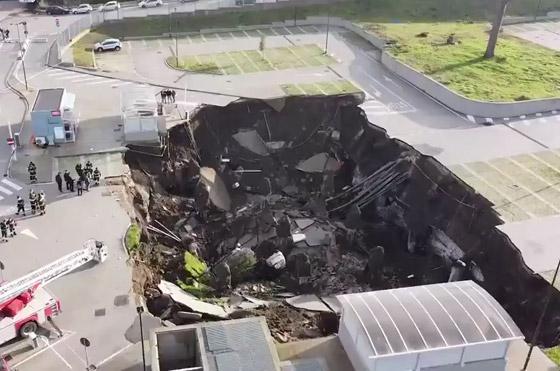 فيديو مرعب لانهيار أرضي يبتلع السيارات في موقف مستشفى إيطالي! صورة رقم 9
