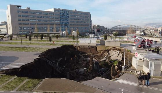 فيديو مرعب لانهيار أرضي يبتلع السيارات في موقف مستشفى إيطالي! صورة رقم 10