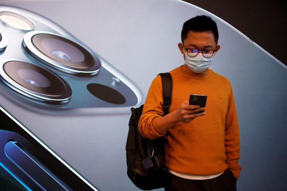صورة رقم 1 - آبل تبتكر ميزة تسمح لهواتف آيفون التعرف على الوجه رغم ارتداء الكمامة