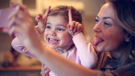 صورة رقم 1 - قد تتحول إلى ستيكرات مذلة ووسيلة لابتزازهم.. هذه مخاطر نشر الآباء صور الأطفال على الإنترنت