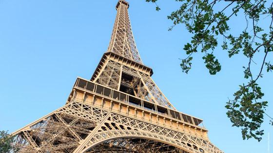 برج إيفل الفرنسي.. بلون جديد صورة رقم 1