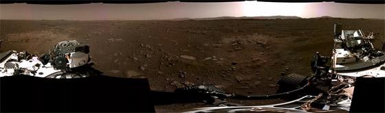 صورة رقم 1 - ناسا تنشر الصور الأولى لسطح المريخ التي التقطتها المركبة الفضائية