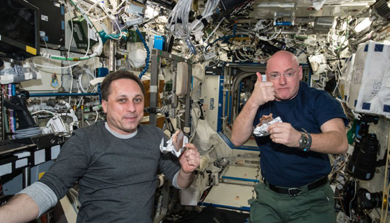 صورة رقم 1 - ملح سائل وكوكتيل الروبيان.. إليكم أغرب الأطعمة التي يتناولها رواد الفضاء