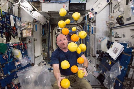 صورة رقم 2 - ملح سائل وكوكتيل الروبيان.. إليكم أغرب الأطعمة التي يتناولها رواد الفضاء