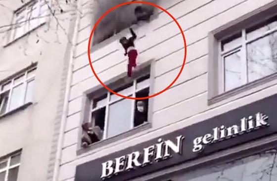 صورة رقم 5 - فيديو مؤثر لامرأة تركية تلقي أطفالها من النافذة لإنقاذهم من حريق بالمنزل