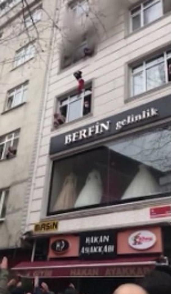 صورة رقم 6 - فيديو مؤثر لامرأة تركية تلقي أطفالها من النافذة لإنقاذهم من حريق بالمنزل