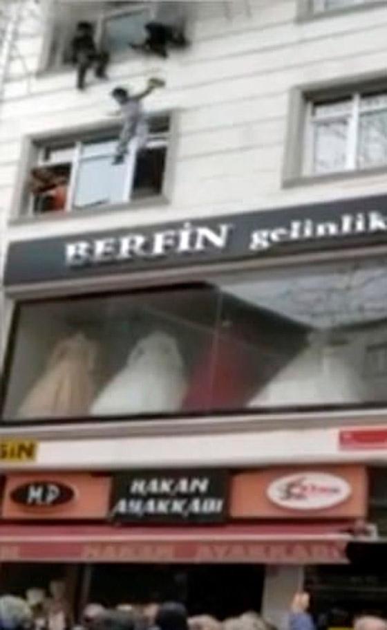 صورة رقم 8 - فيديو مؤثر لامرأة تركية تلقي أطفالها من النافذة لإنقاذهم من حريق بالمنزل