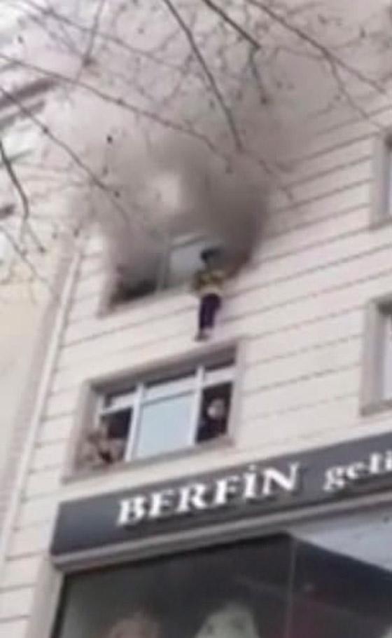 صورة رقم 9 - فيديو مؤثر لامرأة تركية تلقي أطفالها من النافذة لإنقاذهم من حريق بالمنزل