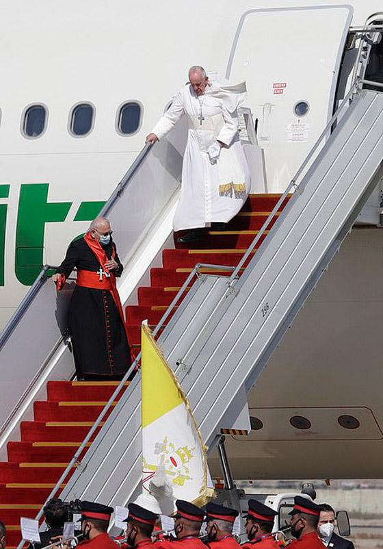 صورة رقم 4 - فيديو وصور: بابا الفاتيكان فرنسيس يصل إلى العراق في زيارة تاريخية