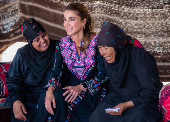 صورة رقم 1 - الثوب الأردني التقليدي على الملكة رانيا: التراث الأصيل في أبهى صوره