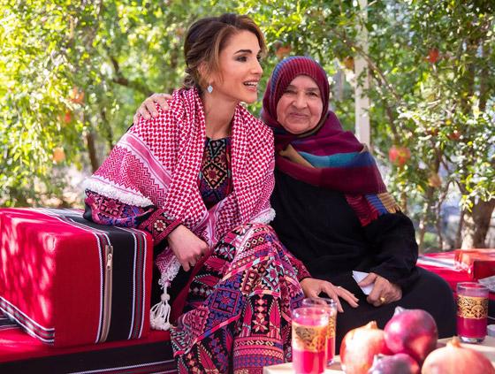 صورة رقم 2 - الثوب الأردني التقليدي على الملكة رانيا: التراث الأصيل في أبهى صوره