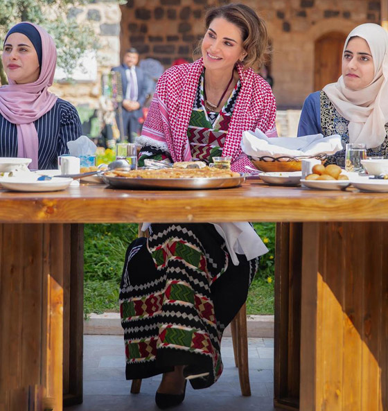 صورة رقم 10 - الثوب الأردني التقليدي على الملكة رانيا: التراث الأصيل في أبهى صوره