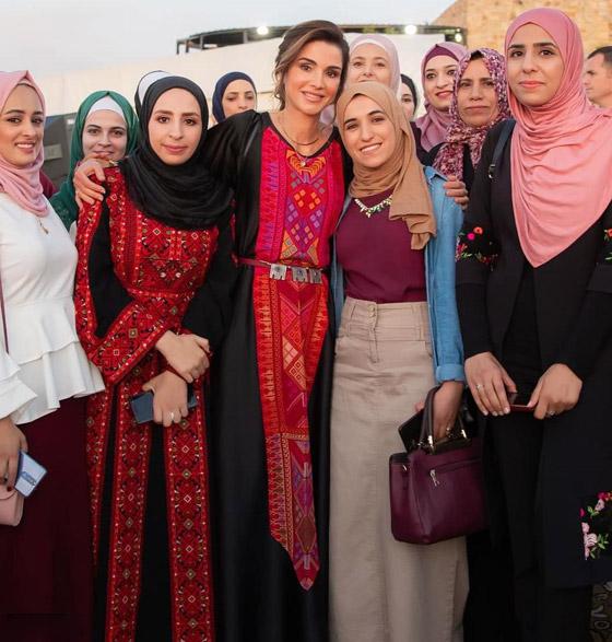صورة رقم 3 - الثوب الأردني التقليدي على الملكة رانيا: التراث الأصيل في أبهى صوره