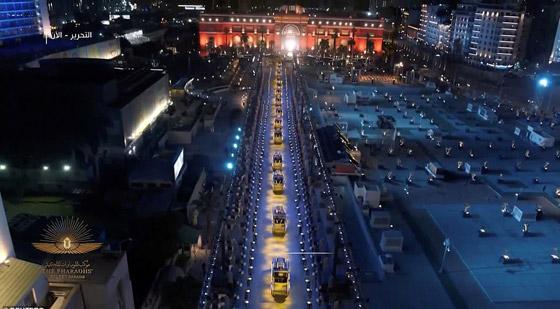 صورة رقم 9 - الرحلة الذهبية: مشهد تاريخي لنقل المومياوات المصرية الملكية بموكب مهيب