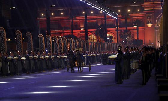 صورة رقم 13 - الرحلة الذهبية: مشهد تاريخي لنقل المومياوات المصرية الملكية بموكب مهيب