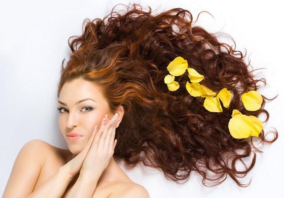 صورة رقم 2 - إليكم 4 خلطات أقنعة منزلية تعتني بأنواع الشعر المختلفة هذا الربيع